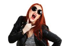 Muchacha en chaqueta de cuero negra y gafas de sol redondas Foto de archivo