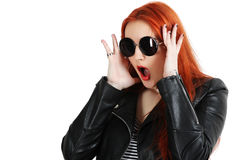 Muchacha en chaqueta de cuero negra y gafas de sol redondas Fotos de archivo