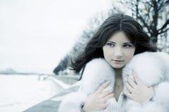 Muchacha en ciudad del invierno Imagenes de archivo