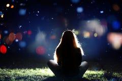 Muchacha en ciudad en la noche Fotografía de archivo libre de regalías