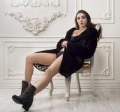 Muchacha en coatt y botas de la piel Imagen de archivo libre de regalías