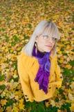 Muchacha en colores del otoño Fotos de archivo
