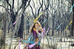 Muchacha en corona en el bosque Foto de archivo