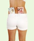 Muchacha en cortocircuitos con el dinero. Fotos de archivo