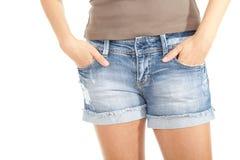 Muchacha en cortocircuitos de los pantalones vaqueros Fotografía de archivo libre de regalías
