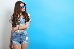 Muchacha en cortocircuitos y una camiseta Imagen de archivo