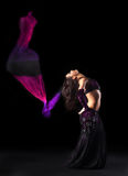 Muchacha en danza árabe oriental del traje con la cola de milano Fotografía de archivo