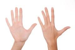 Muchacha en demostraciones sus manos healhy con sus propios clavos Fotos de archivo