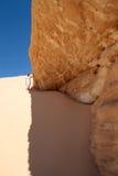 Muchacha en desierto cerca de la montaña Imagenes de archivo