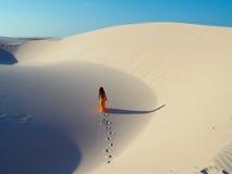 Muchacha en duna Imagen de archivo