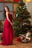Muchacha en el árbol del Año Nuevo Imagenes de archivo