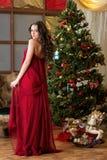 Muchacha en el árbol del Año Nuevo Foto de archivo