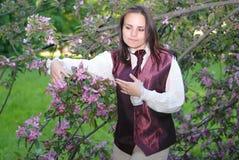 Muchacha en el árbol floreciente Imagen de archivo libre de regalías