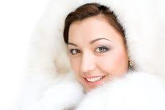 Muchacha en el abrigo de pieles blanco Fotografía de archivo