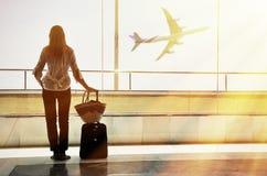 Muchacha en el aeropuerto Fotos de archivo libres de regalías