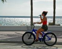 Muchacha en el agua potable de la bici Imágenes de archivo libres de regalías