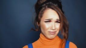 Muchacha en el ajuste de la histeria Mujer hermosa que expresa el desacuerdo con el griterío almacen de metraje de vídeo