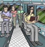 Muchacha en el autobús que lee un libro mientras que otros están comprobando sus dispositivos móviles Fotografía de archivo