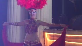 muchacha en el baile de teatro rojo del traje almacen de metraje de vídeo