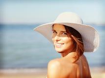 Muchacha en el bikiní que se coloca en la playa Imagen de archivo