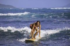 Muchacha en el bikiní rosado que practica surf Imagenes de archivo