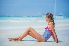 Muchacha en el bikini que miente y que se divierte en la playa tropical Fotografía de archivo libre de regalías