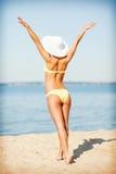 Muchacha en el bikini que presenta en la playa Foto de archivo libre de regalías