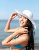 Muchacha en el bikini que se coloca en la playa Imágenes de archivo libres de regalías