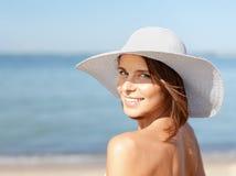 Muchacha en el bikini que se coloca en la playa Foto de archivo