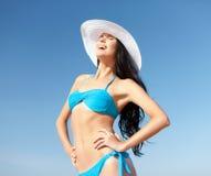 Muchacha en el bikini que se coloca en la playa Foto de archivo libre de regalías
