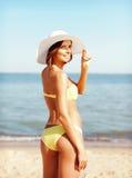 Muchacha en el bikini que se coloca en la playa Fotos de archivo libres de regalías