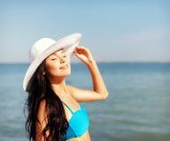 Muchacha en el bikini que se coloca en la playa Imagen de archivo