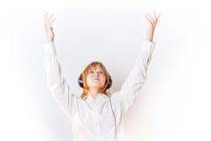 Muchacha en el blanco que mira para arriba y el overwhite de las manos-para arriba Imagen de archivo libre de regalías