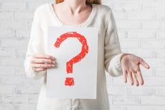 Muchacha en el blanco que no tiene ninguna respuesta a una pregunta Imagen de archivo libre de regalías