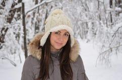 Muchacha en el bosque del invierno Fotografía de archivo