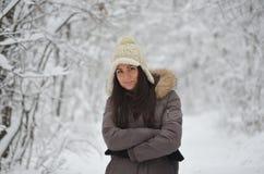 Muchacha en el bosque del invierno Fotos de archivo