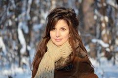 Muchacha en el bosque del invierno Foto de archivo libre de regalías