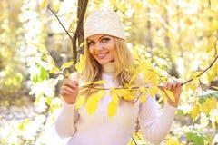 Muchacha en el bosque del otoño Imagenes de archivo
