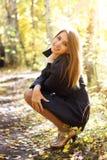 Muchacha en el bosque del otoño Fotos de archivo