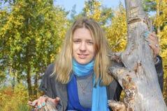 Muchacha en el bosque del otoño. Imagenes de archivo