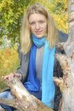 Muchacha en el bosque del otoño. Foto de archivo