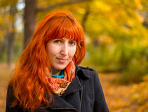 Muchacha en el bosque del otoño imagen de archivo