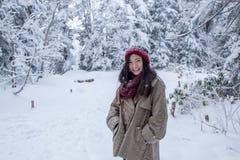 Muchacha en el bosque del pino con nieve por todas partes imágenes de archivo libres de regalías