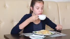 Muchacha en el café que come los espaguetis almacen de metraje de vídeo
