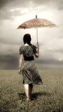 Muchacha en el campo con el paraguas Fotos de archivo libres de regalías
