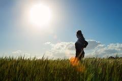 Muchacha en el campo de la hierba Fotografía de archivo