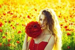 muchacha en el campo de la semilla de amapola imagen de archivo
