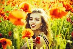 muchacha en el campo de la semilla de amapola fotos de archivo