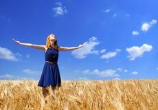 muchacha en el campo de trigo Imagen de archivo libre de regalías