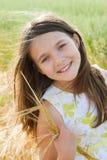 muchacha en el campo de trigo Fotos de archivo libres de regalías